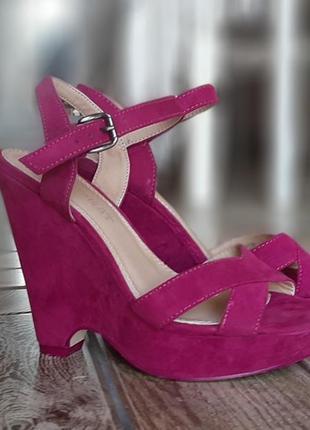 Красивые розовые босоножки на танкетке летняя обувь