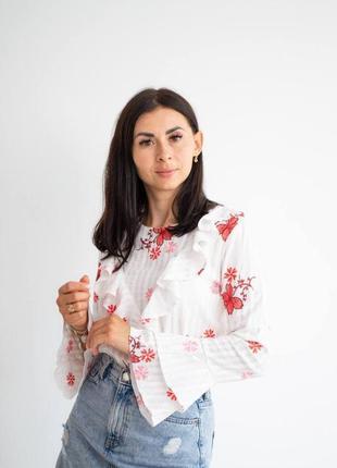 Стильная вышитая женская белая блуза с оборками, фактурным узором и цветочной вышивкой гладью, наряд