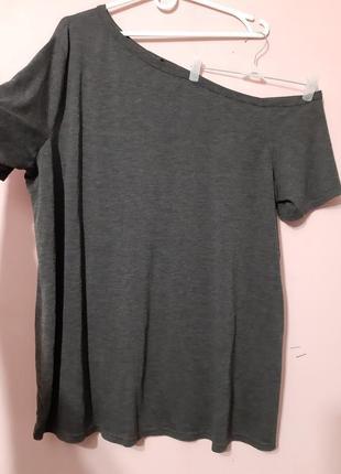 Классная футболка с одним открытым плечем большого размера 24