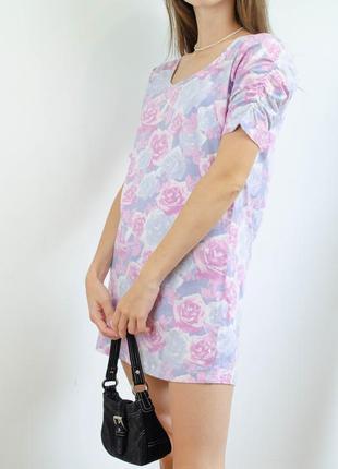 M&co короткое розовое мини платье прямого кроя в цветочный принт розы со сборками