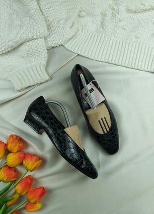 Туфли черные питоновые на маленьком каблуке 39р.