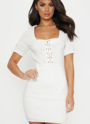Белоснежное платье с квадратным вырезом