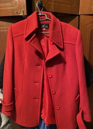 Пальто женское красного цвета