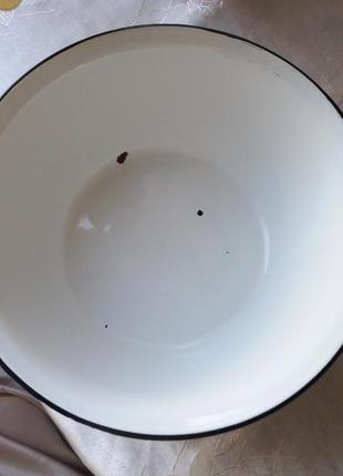 Белая металлическая эмалированная миска.