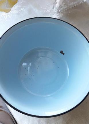 Голубая металлическая эмалированная миска.