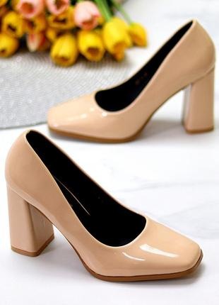 Женские бежевые лаковые туфли на устойчивом каблуке