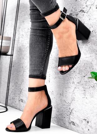 Кожаные женские босоножки на каблуке чёрные