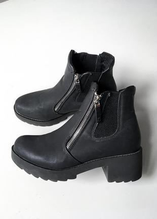 Демисезонные ботинки челси на каблуке