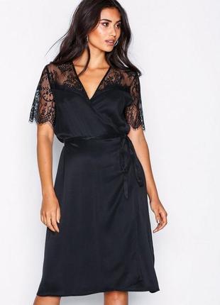 Платье на запах с кружевом от samsoe samsoe
