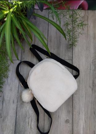 Пушистый рюкзачок с помпоном