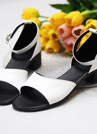 Элегантные закрытые белые женские босоножки натуральная кожа на низком каблуке