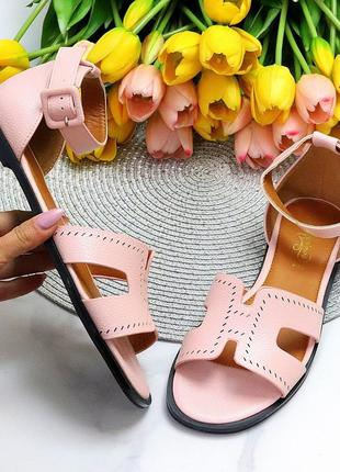 Актуальные фигурные розовые женские босоножки с закрытой пяткой низкий ход