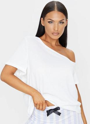 Белая футболка на одно плечо prettylittlething