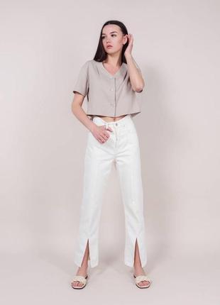 Качественные молочные джинсы с разрезами спереди высокая посадка. котоновые джинсы клеш хс-л