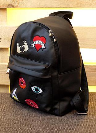 Яркий вместительный рюкзак с нашивками, патчами руки и сердце (02)