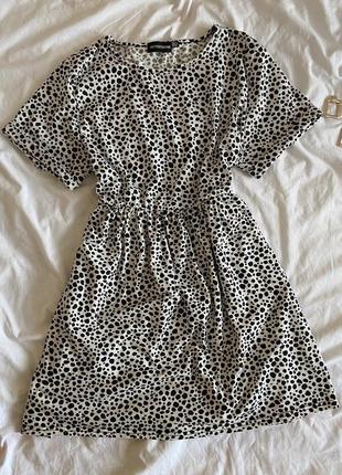 Платье в трендовый принт prettylittlething