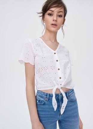 Укороченная блузка с ажурной вышивкой