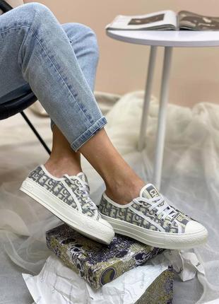 Женские кроссовки от известного бренда