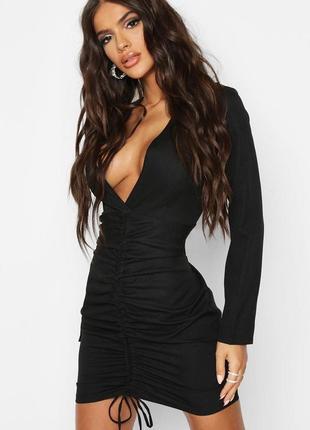 Чёрное платье со стяжкой и глубоким декольте prettylittlething