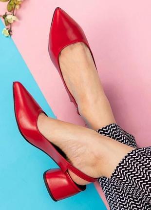 Красные туфли на каблуке из натуральной кожи