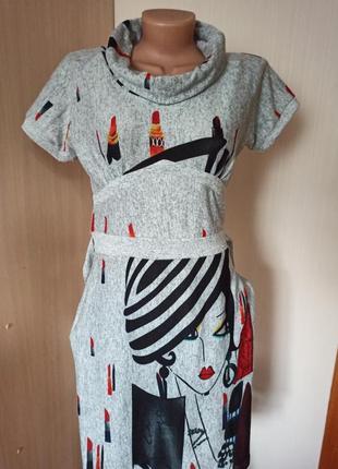 Красивое платье с принтом девушки.