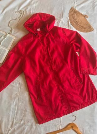 Фирменная красная куртка-дождевик с капюшоном (размер 42-44)