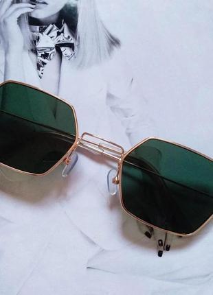Солнцезащитные геометрические очки с цветной линзой зелёный в золоте