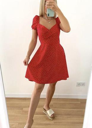 Красное платье в горох с декольте