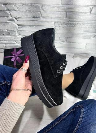 Чёрные туфли из натуральной замши на высокой подошве