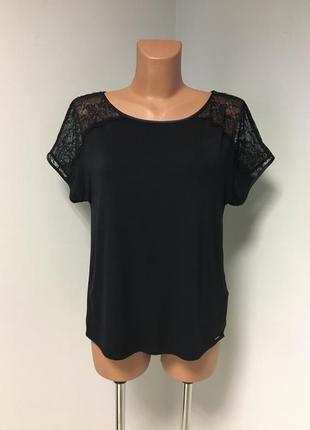 Красивая блуза футболка чёрного цвета с кружевом по плечам1 фото