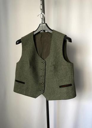 Короткая баварская жилетка шерсть зеленая тауп