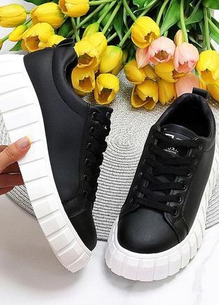 Черные кроссовки криперы на белой подошве