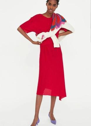 Красное гофрированное платье миди zara с оборкой.