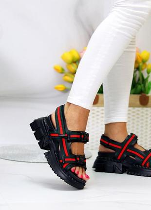 Спортивные сандалии чёрные с красным