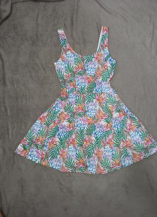 Актуальное яркое платье в цветы