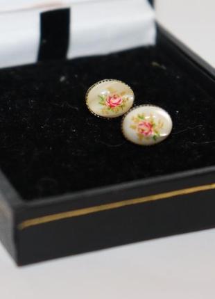 Красивые мини серьги гвоздики цветы на перламутре металл бижутерия вес 1,6 грамм винтаж