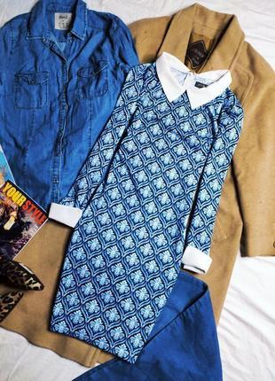 Qed london платье голубое синее в цветочный принт с белым воротником манжетами по фигуре