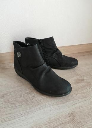 Ботінки чорного кольору, збоку молнія розмір виробника 7,не ношені 👍