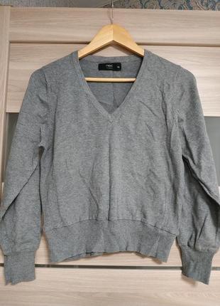 Серый базовый укороченный свитер с v-вырезом
