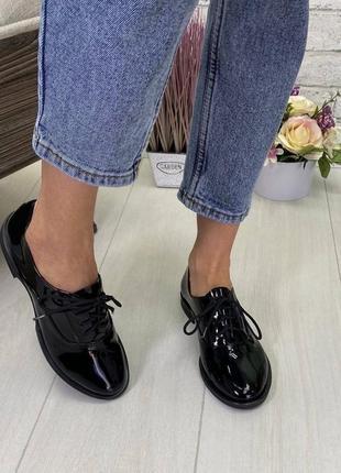 Женские туфли оксфорды на низком ходу натуральный лак черные