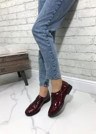 Женские туфли оксфорды на низком ходу натуральный лак бордо