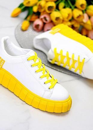 Эффектные яркие белые женские кроссовки на массивной желтой подошве   к 10914