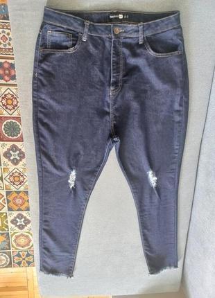 Высокие джинсы скинни с потертостями