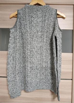Красивый свитер с открытыми плечами в косы
