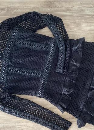 Чёрное фирменное изящное платье с рукавами дырочками
