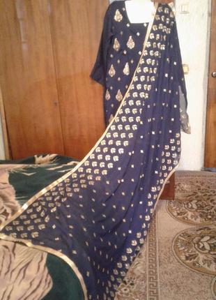 Индийское сари расшито золотыми нитками