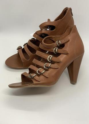 Крутые туфли босоножки с бляхами 38-39р