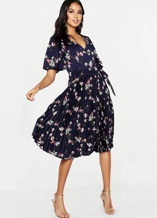 Плиссированное тёмно синие  платье миди с рукавами клеш и цветочным принтом на запах boohoo