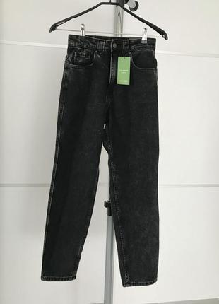 Джинсы мом, трендовые джинсы, крутой деним, черно-серые джинсы, фирменные джинсы.