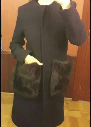Пальто модного винного цвета с меховыми кармагамт